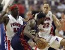 图文:[NBA]骑士VS活塞  詹姆斯遭遇包夹