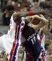 图文:[NBA]骑士VS活塞  瓦莱乔倒地瞬间