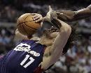 图文:[NBA]骑士VS活塞  瓦莱乔遭遇恶意犯规