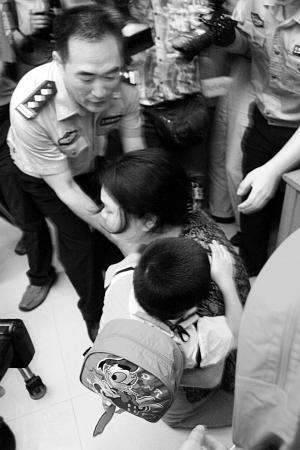 被拐儿童一家团聚 看到父母孩子一脸木然(组图)