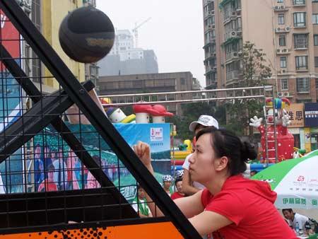 图文:伊利奥运健康中国行长沙现场 投篮比赛