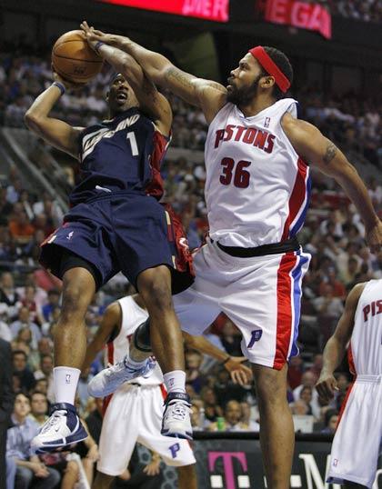 图文:[NBA]骑士VS活塞  华莱士封盖对手
