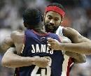 图文:[NBA]骑士VS活塞  华莱士詹姆斯拥抱