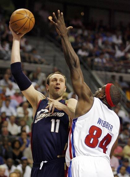 图文:[NBA]骑士VS活塞  大Z勾手投篮