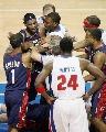 图文:[NBA]骑士VS活塞  詹姆斯为队友抱不平