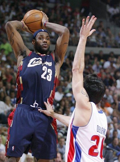 图文:[NBA]骑士VS活塞  詹姆斯分球