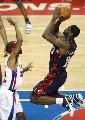 图文:[NBA]骑士VS活塞  詹姆斯飞身跳投