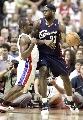 图文:[NBA]骑士VS活塞  贴身防守小皇帝