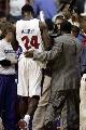 图文:[NBA]骑士VS活塞  麦克戴斯被罚出场