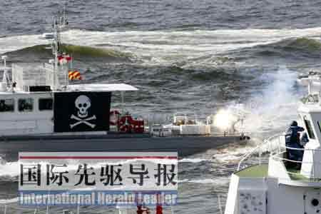 """日本海上保安厅的武装人员乘坐大型巡视船,演练向""""不明船只""""开火。任正来/摄"""