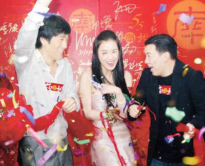 汶泽(右)戏称杨子(左)和戴着钻戒的黄圣依(中)昨天结婚。