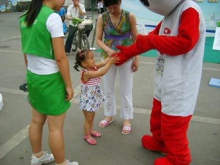 图文:伊利奥运健康中国行郑州现场 和福娃玩耍
