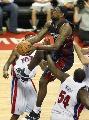 图文:[NBA]骑士109-107活塞 詹姆斯比赛中上篮