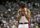 图文:[NBA]骑士109-107活塞 华莱士以衣掩面