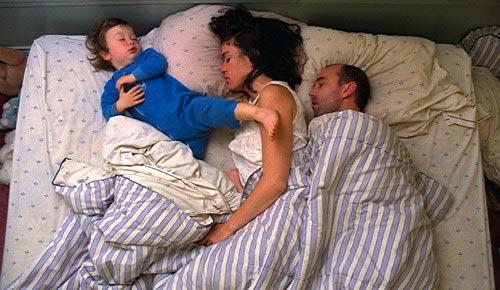偷拍一家三口晚上睡觉姿势变化的全过程-偷拍一家三口的爆笑睡姿