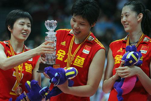 图文:中国女排3-2古巴夺冠 手持奖杯爱不释手