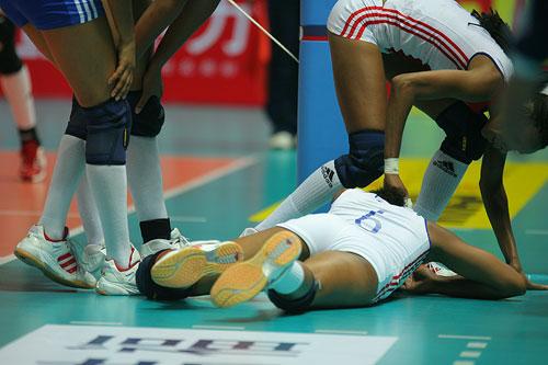 图文:中国女排3-2古巴夺冠 拉米雷斯受伤