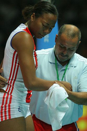 图文:中国女排3-2古巴夺冠 拉米雷斯受伤下场