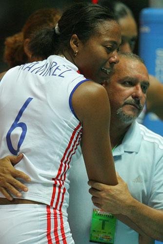 图文:中国女排3-2古巴夺冠 拉米雷斯意外受伤