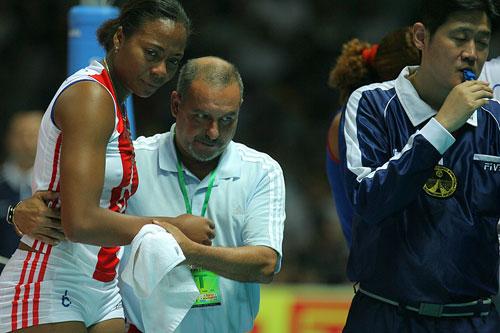 图文:中国女排3-2古巴夺冠 教练搀扶拉米雷斯下场
