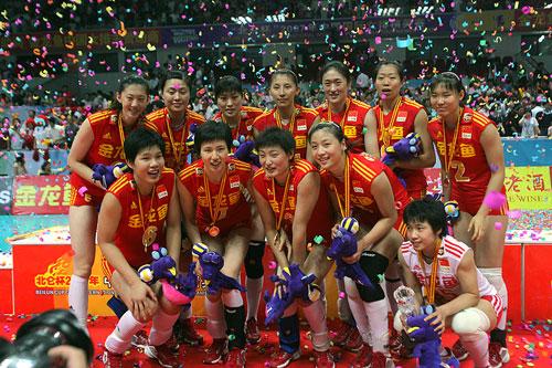 图文:中国女排3-2古巴夺冠 领奖时刻幸福无比