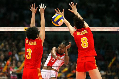 图文:中国女排3-2古巴夺冠 中国队双人拦网