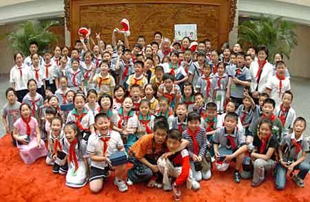 留守儿童与首都少先队员走进外交部(中国外交部 图)