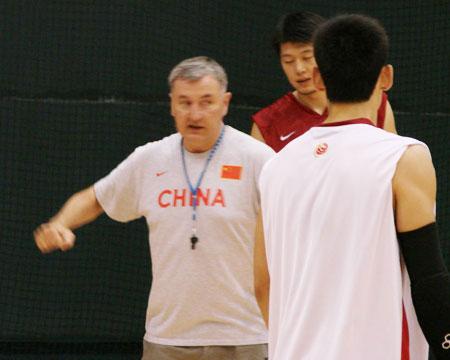 图文:中国男篮一队继续集训 尤帅上场指导队员