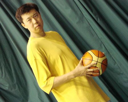 图文:王治郅拍摄另类写真 篮球场上杀气腾腾