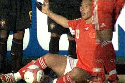图文:[土伦杯]中国国奥VS葡萄牙 陈涛遭遇黑脚