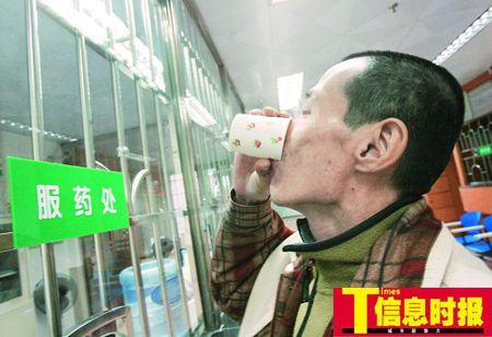 患者必须在医务人员的监督下将美沙酮喝下。