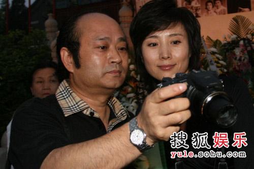 鸳鸯郑铮(右一)