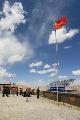 图文:志愿者造访查果拉哨所 国境线上的国旗
