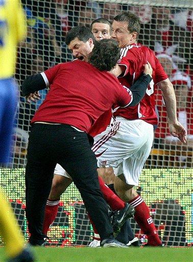 组图:丹瑞战骚乱中断 球迷冲入场打伤执法裁判