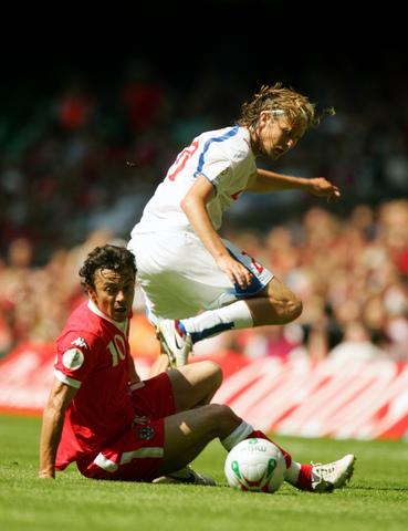 图文:[欧预赛]威尔士0-0捷克 戴维斯铲翻对手