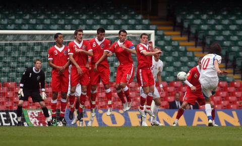 图文:[欧预赛]威尔士0-0捷克 罗西基射门瞬间