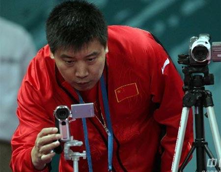 图文:女乒教练李隼做客 摄录队员比赛过程