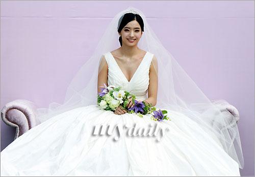 韩彩英穿豪华婚纱