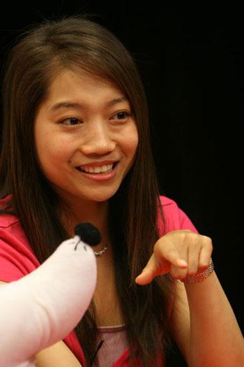 图文:奥运大讲堂 美女毕文静温柔一笑