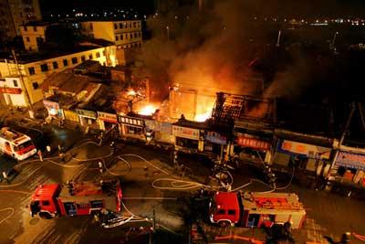 大火殃及该路邻街七间铺面。