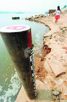 昨日,一女子正在湘江河岸边看着北去的河水。小刘军 摄