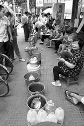昨天,无锡曹张新村的居民在净水站前排队等待灌水