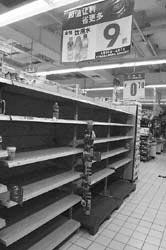 从5月29日起,无锡市场纯净水供应紧张,超市里的纯净水货架空空如也