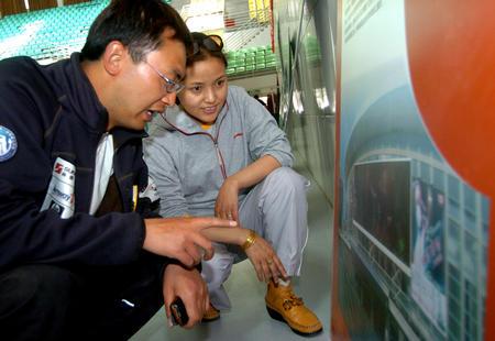图文:奥运场馆巡礼展走进西藏大学 参观展览