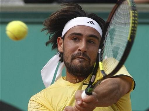图文:2007法网第九日赛事 巴格达蒂斯反手回球