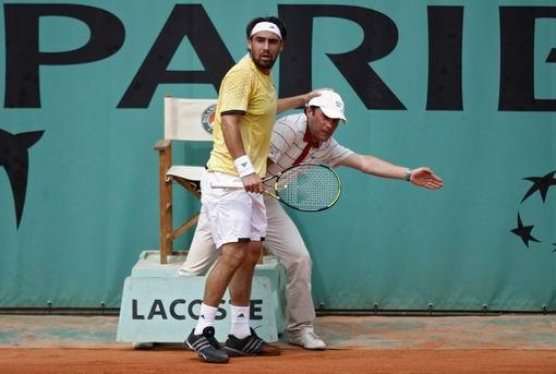 图文:2007法网第九日赛事 巴格达蒂斯回球出界