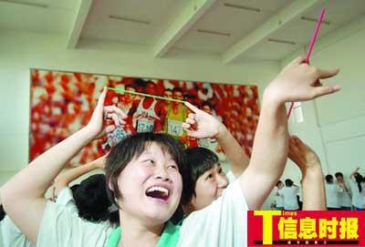 时政1-12355法律维权与心理咨询热线昨日走进广州市第75中学,教高三考生减压。陆明杰 摄