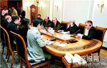 俄总统普京(右三)在出席八国集团首脑会议前夕接受八国记者联合采访。