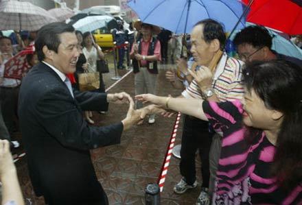 支持者雨中加油