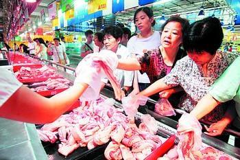 昨日,市民在步步高超市东塘店选购降价猪肉。石祯专 摄